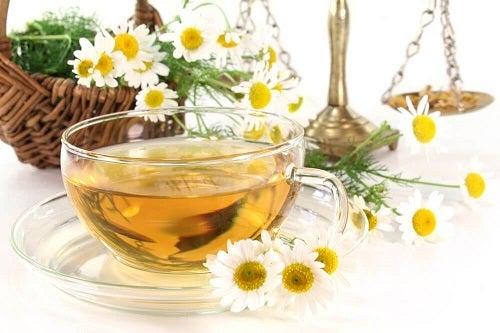 Remedii pentru durerile de oase precum ceaiul de mușețel