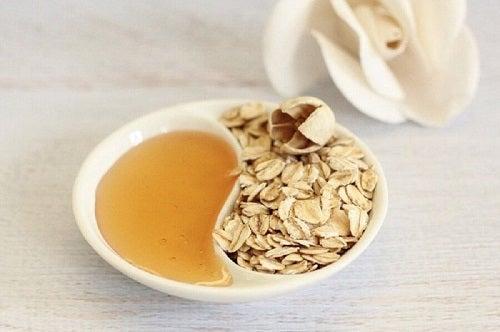 Remedii simple pentru pleoape căzute preparate cu miere și ovăz