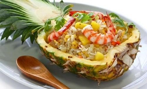 Rețete cu ananas pentru tratarea constipației precum salata cu creveți