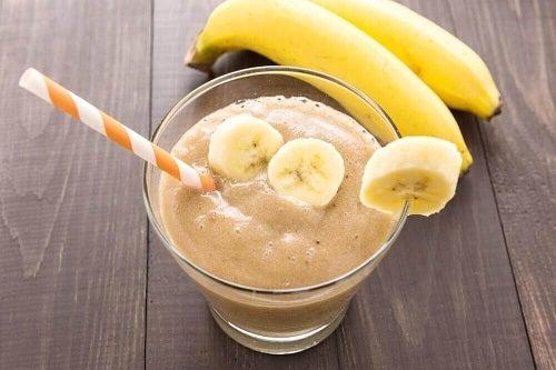 Shake delicios și nutritiv cu felii de banane coapte