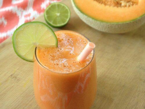 Shake delicios și nutritiv cu pepene și felii de lămâie