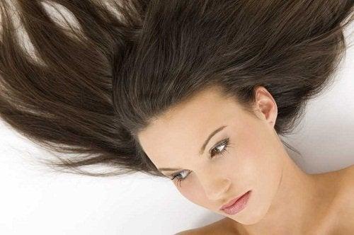 Spală părul mai rar pentru a avea păr drept și frumos