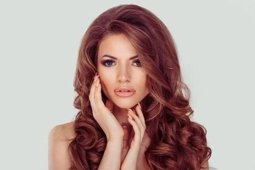 Spală părul mai rar pentru a avea un păr ondulat frumos