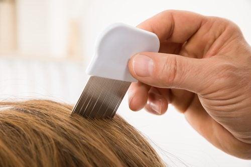 Spală părul mai rar prin periere cu pieptenul