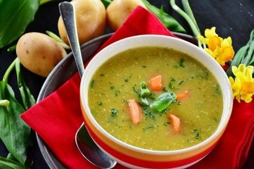 Supă cu șuncă afumată gustoasă și hrănitoare