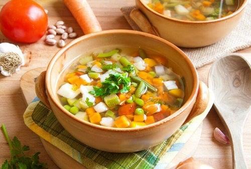 Supă cu șuncă afumată și multe legume