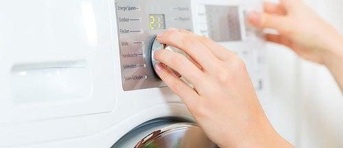 Trucuri ce fac hainele să arate ca noi prin spălare corectă