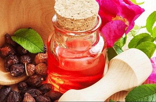 Uleiul de măceșe pe lista de remedii naturale pentru călcâiele uscate