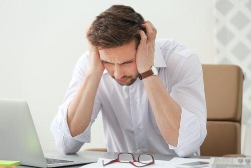 Bărbat care ar încerca un medicament nou împotriva migrenei