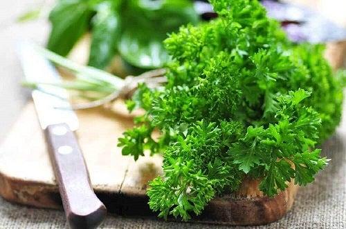 Beneficii ale pătrunjelului pentru rinichi prezente într-un smoothie