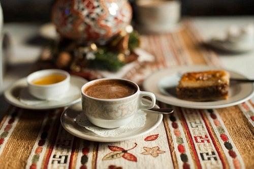 Cafea caldă în cești