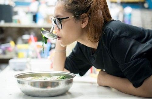 Femeie care încearcă dieta de o săptămână cu supă de varză