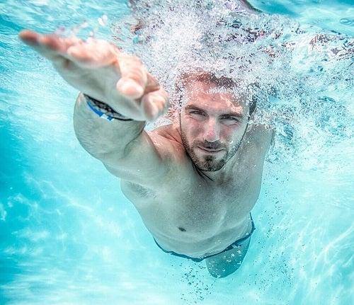 Înotul este un exercițiu complet practicat de bărbați, femei și copii
