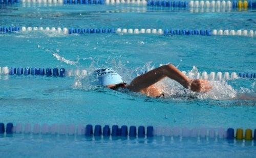 Înotul este un exercițiu complet ce poate fi practicat la piscină