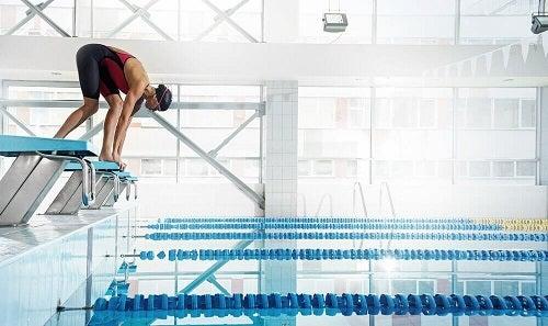 Înotul este un exercițiu complet ce ameliorează durerile de spate