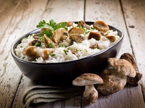 Modalități de a prepara orez precum risotto cu ciuperci