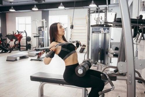 Modalități de a-ți accelera metabolismul precum ridicarea greutăților