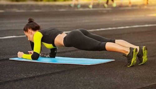 Scândura pe lista de exerciții pentru un abdomen perfect