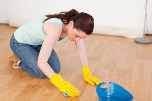 Spălarea podelei din lemn