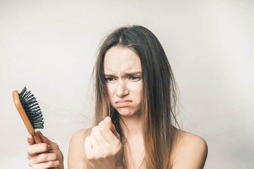 Câteva tratamente naturale pentru căderea părului