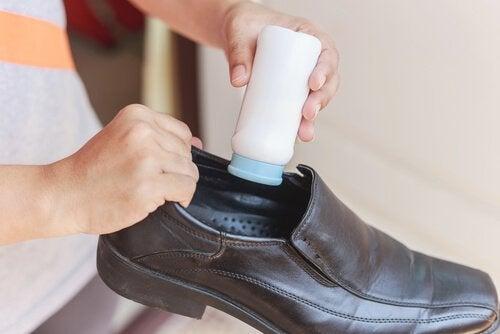 Trucuri pentru pantofii noi prin aplicare de pudră de talc