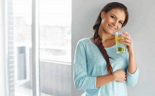 Apa cu semințe de in te ajută să obții silueta dorită