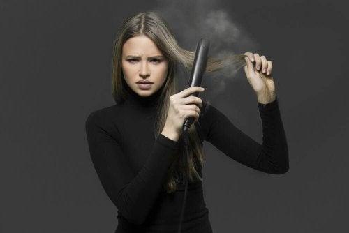 Cum să-ți îndrepți părul fără placă: 4 metode naturale
