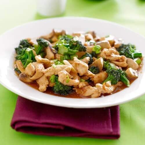 Cum să prepari degețele de pui cu sos de brânză și broccoli