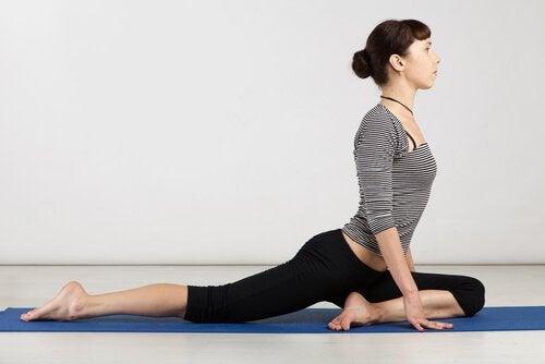 Exerciții de yoga precum poziția porumbelului