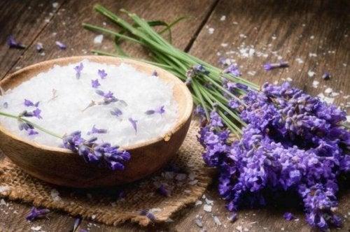 Uleiul de lavandă elimină mirosul neplăcut din saltea