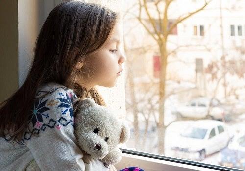 Lipsa de afecțiunie la copii duce la singurătate