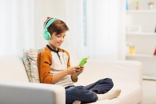 Lipsa de afecțiune la copii poate duce la dependența de telefon
