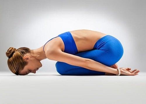 Poziția copilului pe lista de exerciții de yoga pentru flexibilitate