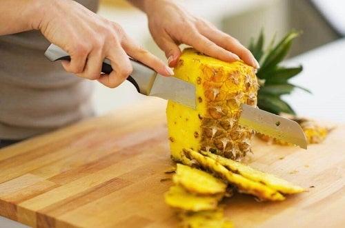 Salate de ananas preparate cu diferite ingrediente sănătoase