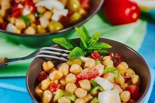 Salate de leguminoase cu năut și crab