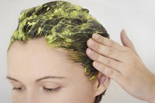 Amestec de șampon și ou pentru hidratarea părului uscat