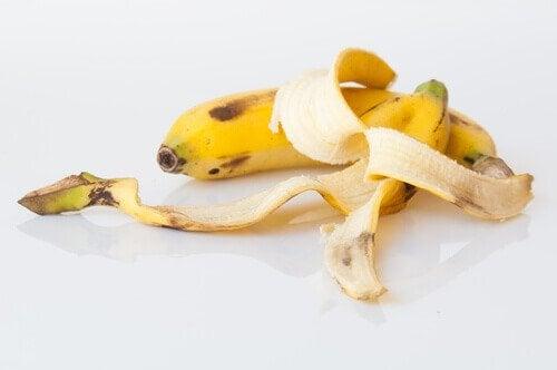 Cojile de banane sunt un îngrășământ natural pentru plante