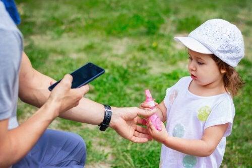 Copil care se pierde, dar știe cui să-i ceară ajutor