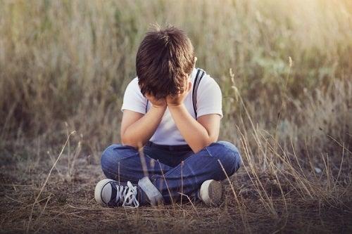 Copil care se pierde și este necăjit