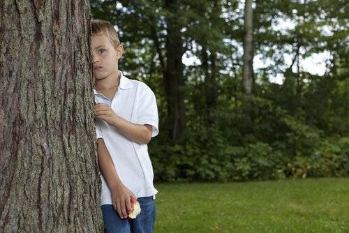 Copil care se pierde într-un parc