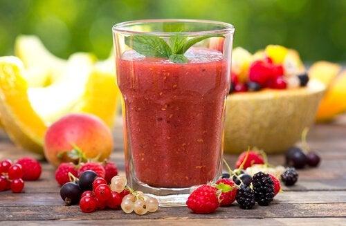 Dietă de detoxifiere cu un smoothie din afine
