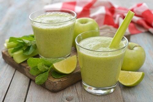 Dietă de detoxifiere cu un smoothie din mere