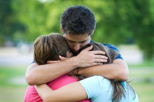 Bărbat care lasă în urmă suferința cu sprijinul familiei