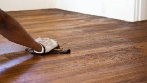 Oțet alb folosit pentru a curăța parchetul din lemn