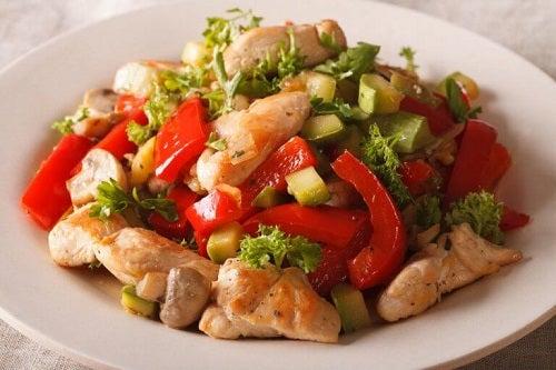Pui cu legume servit în farfurie