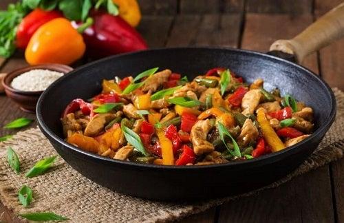 Rețetă delicioasă de pui cu legume
