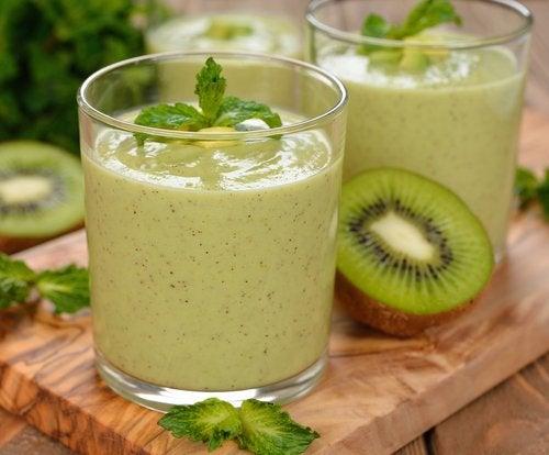 Smoothie-ul verde poate fi preparat cu kiwi