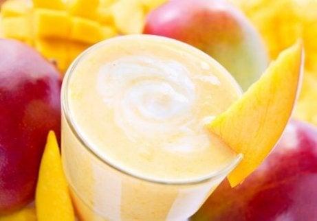 Smoothie-ul verde poate fi preparat cu mango și cocos