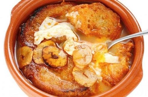 Supă de usturoi cu felii de pâine prăjită