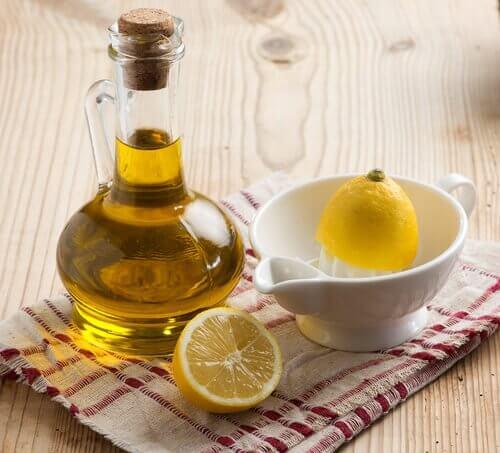 Ulei esențial de lămâie într-un recipient închis etanș